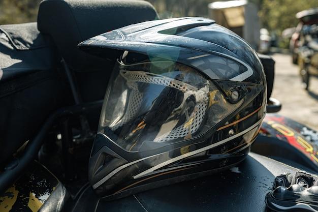 Beschermende helm voor motorsport op atv-machine