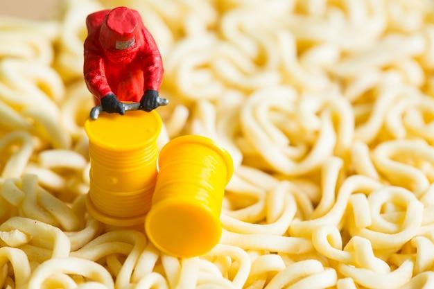 Beschermende pakwetenschapsmensen die voedsel en fruit inspecteren met voedselgevaarconcept.