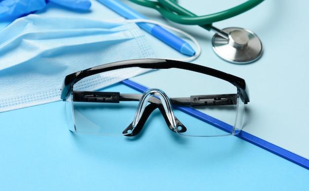 Beschermende plastic bril en wegwerpmaskers