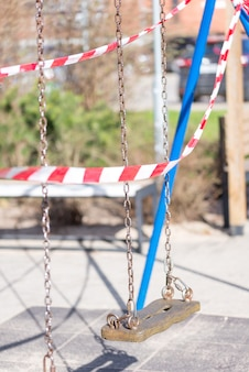 Beschermende tape op speelplaats in covid 19