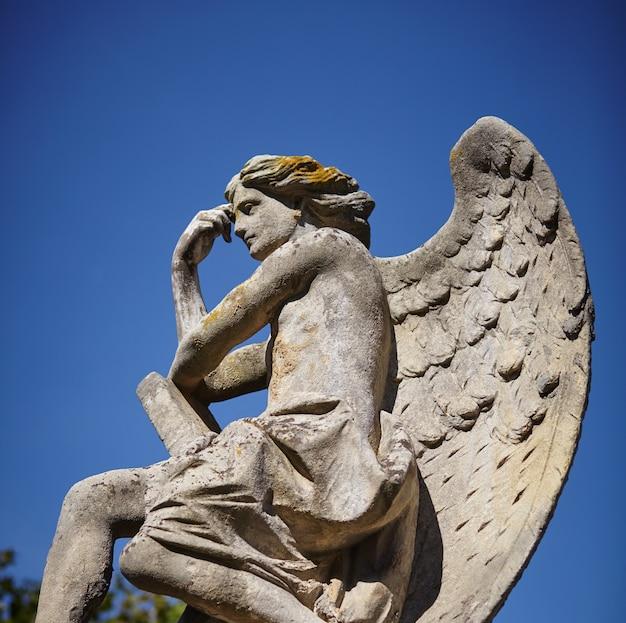 Beschermengelstandbeeld in zonlicht als symbool van kracht, waarheid en geloof