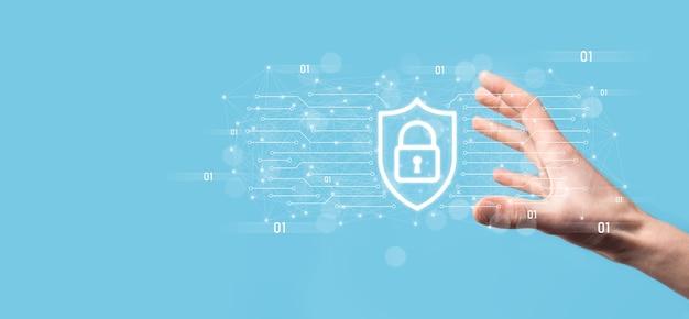Bescherming netwerkbeveiligingscomputer en veilig uw gegevensconcept, zakenman met schild beschermen pictogram. slotsymbool, concept over beveiliging, cyberbeveiliging en bescherming tegen gevaren.