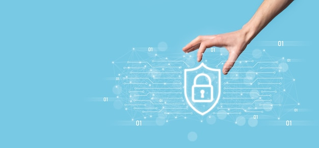 Bescherming netwerkbeveiligingscomputer en veilig uw gegevensconcept, zakenman met schild beschermen pictogram. slotsymbool, concept over beveiliging, cyberbeveiliging en bescherming tegen gevaren