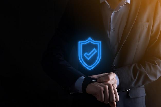 Bescherming netwerkbeveiligingscomputer in de handen van een zakenman. bedrijf, technologie