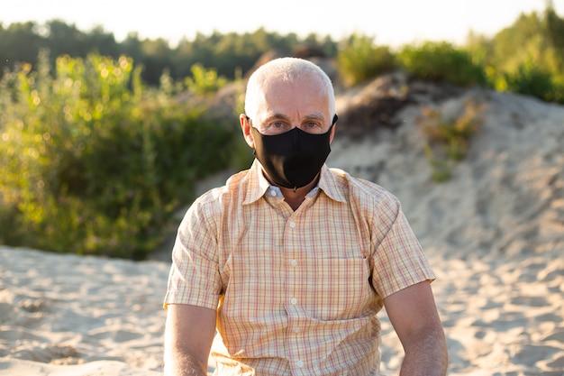 Bescherming tegen besmettelijke ziekte, coronavirus. man met hygiënisch masker om infectie, luchtwegaandoeningen zoals griep, 2019-ncov te voorkomen