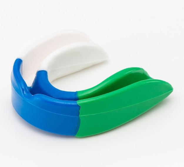 Bescherming voor de tanden in de vechtsporten op een witte achtergrond. sportkleding