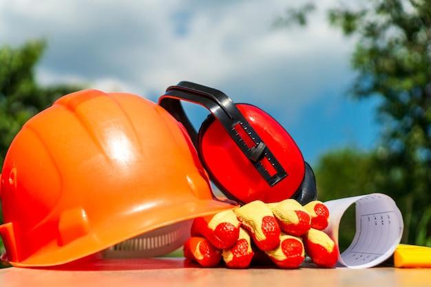 Beschermingsmiddelen van de bouwer worden opgevouwen na het werk op de bouwplaats
