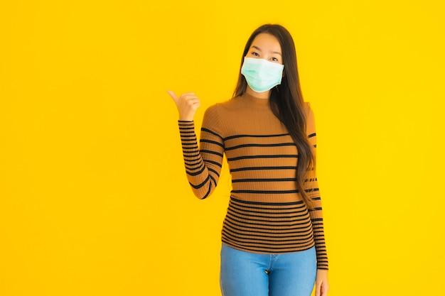 Beschermt de portret mooie jonge aziatische vrouw met masker in vele actie voor tegen coronavirus of covid19