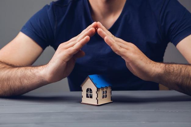 Beschermt het huis met zijn handen