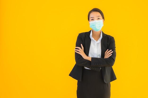 Beschermt het portret mooie jonge aziatische vrouwenslijtage masker voor covid19