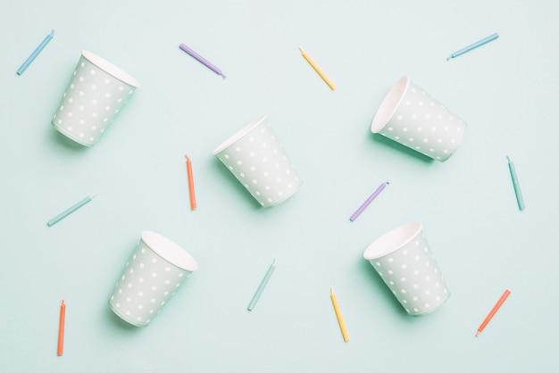 Beschikbare glazen en kleurrijke kaarsen op blauwe achtergrond