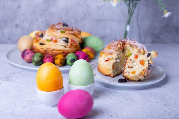 Beschilderde eieren en craffin met rozijnen, noten, gekonfijt fruit en paaseieren