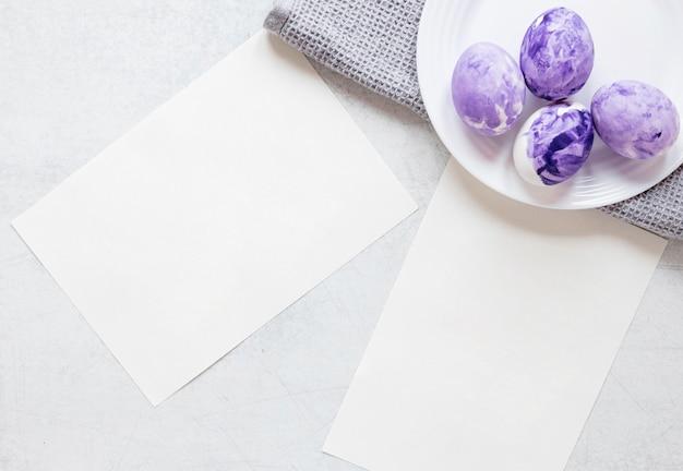 Beschilderde eieren met pastel violette kleuren voor pasen