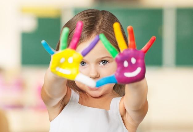Beschilderde kinderhanden in verschillende kleuren met smilies