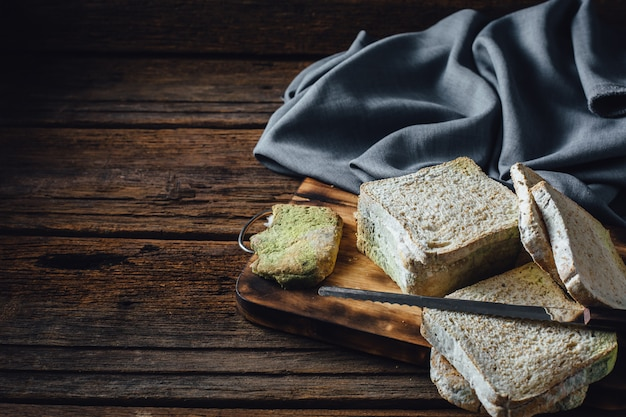 Beschimmeld brood op houten tafel