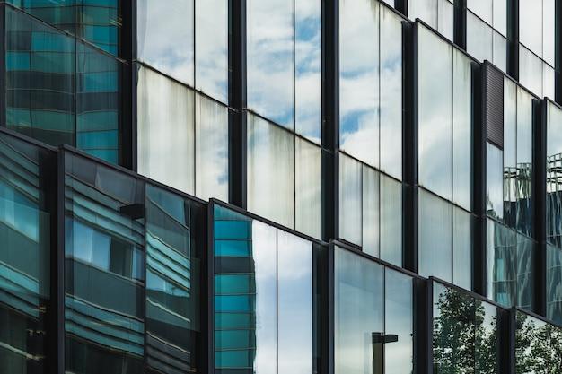 Beschouwingen over de glazen gevel van een kantoorgebouw in diagonaal aanzicht
