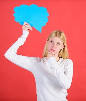 Besluit en gedachten kopiëren ruimte. meisje met tekstballon. gedachten van doordachte schattige vrouw. besluit en oplossing. probleem oplossen. wat gaat er in haar om. een beslissing nemen. hint en zinspeel concept.