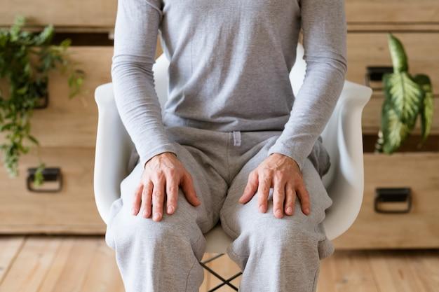 Besluit genomen. man met rechte rug en handen op de knieën klaar om te gaan.