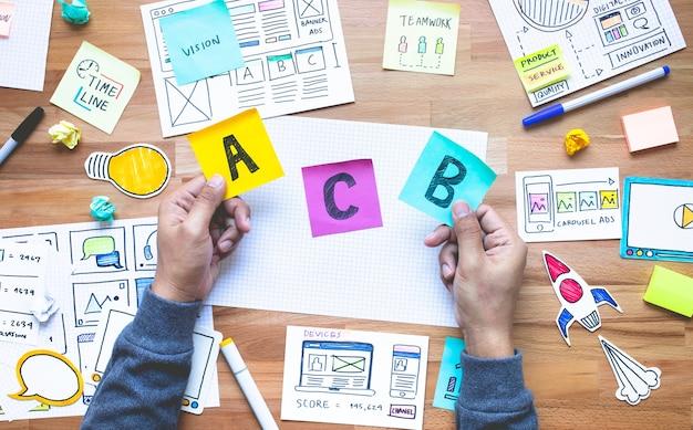 Besluit plat lag met marketing papierwerk op bureautafel. zakelijk online