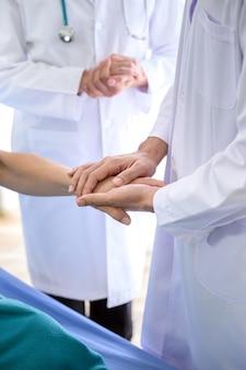 Besmette coronaviruspatiënt in quarantaine in het bed van het ziekenhuis