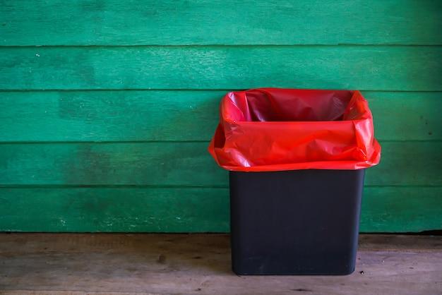 Besmettelijk afval op oude houten ruimte.