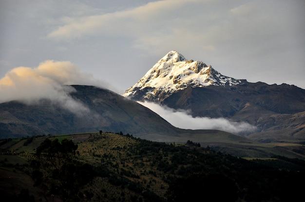 Besneeuwde berg met mist