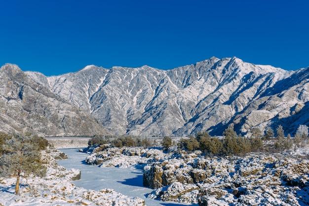 Besneeuwde bergdal op winterdag
