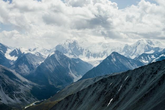 Besneeuwde bergen en gletsjers.