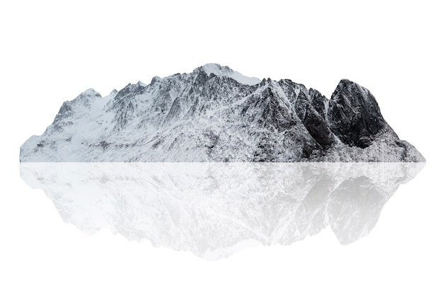 Besneeuwde bergketen in de winter in scandinavië op het eiland lofoten. geïsoleerd op wit