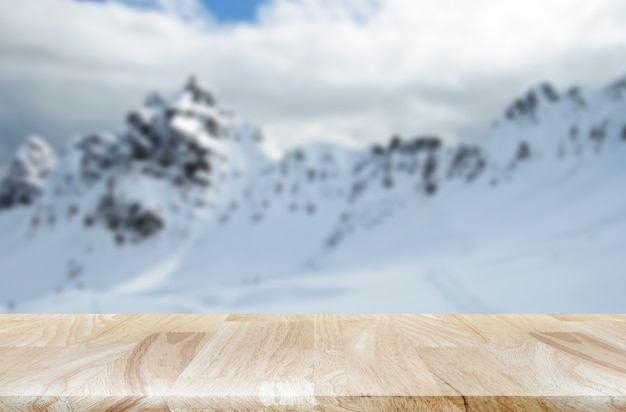 Besneeuwde bergketen met houten tafelproductdisplay