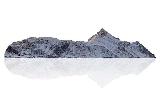 Besneeuwde bergketen op de winter in noorwegen. geïsoleerd op wit