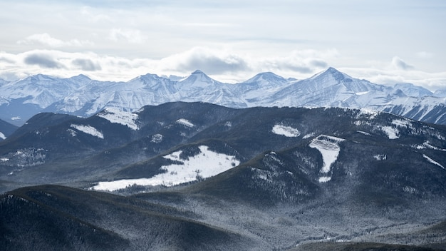 Besneeuwde bergketens in de winter, op de prairie mountain-top, kananaskis, alberta, canada