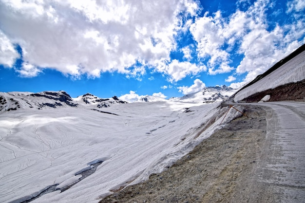 Besneeuwde heuvels met vuile weg