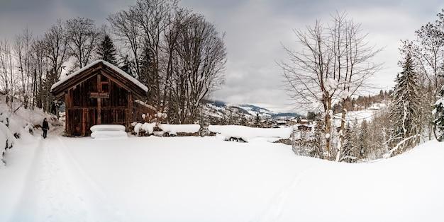 Besneeuwde plaats met alles bedekt met sneeuw in een klein dorp
