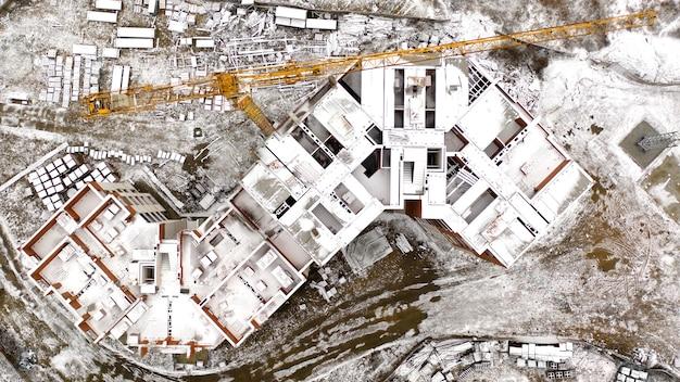Besneeuwde verlaten bouwplaats, bovenaanzicht, drone schieten.