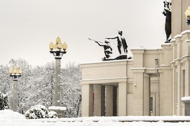 Besneeuwde weergave van het opera house in minsk, wit-rusland