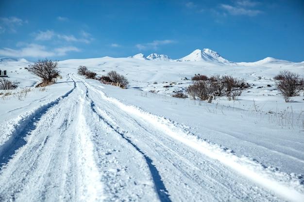 Besneeuwde weg in het winterseizoen