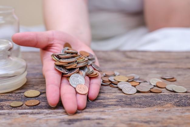 Bespaar geld en reken op bankieren voor financieel concept