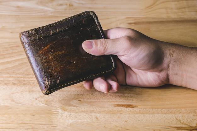 Bespaar geld voor investeringen concept hand houden een portemonnee