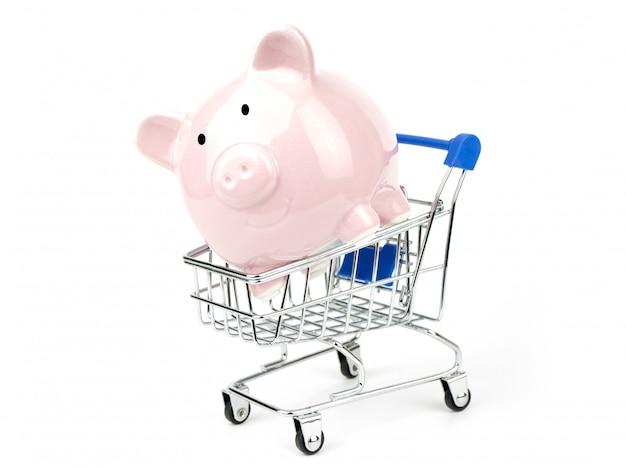 Bespaar geld winkelen concept met spaarvarken in een winkelwagentje, geïsoleerd op een witte achtergrond