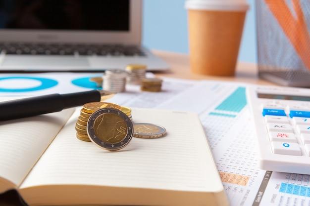 Besparing stapel munten geld concept. grafiek, grafiek document van dichtbij