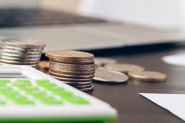 Besparingen, financiën, economie en huisconcept