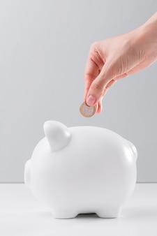 Besparingen in spaarvarken voor crisis