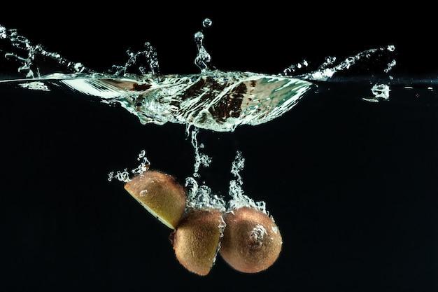 Bespattend kiwifruit op het water