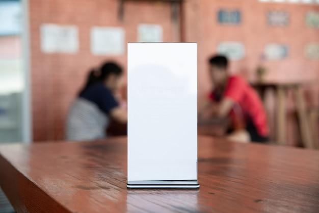 Bespiegelen van menuframe op tafel in bar-restaurant-cafetaria