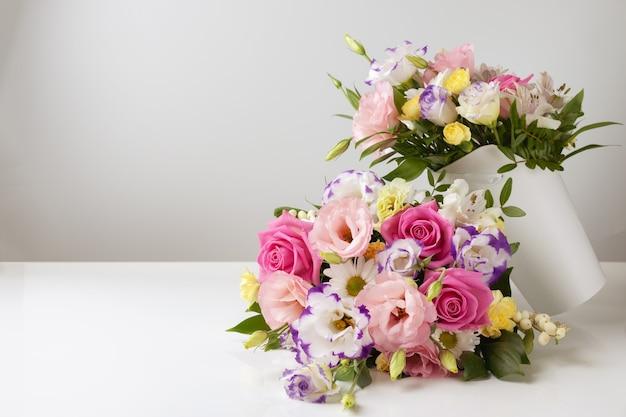 Bespot twee boeketten van verschillende maten rozen, madeliefjes, lisianthus, chrysanten
