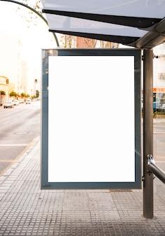 Bespotten billboard lichtbak bij bushalte buiten straatbord weergeven