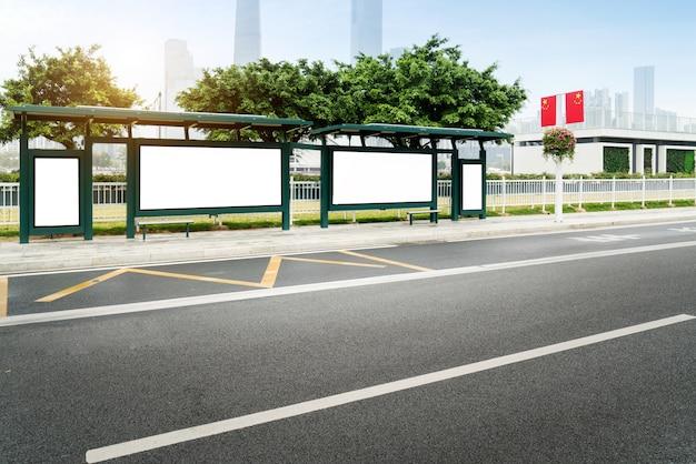 Bespotten billboard light box bij bus shelter outdoor straatnaambordje