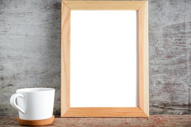 Bespotten frame en witte kop in de keuken kamer