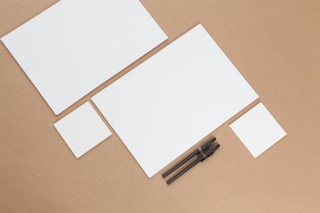 Bespotten. kaarten papers op beige. bovenaanzicht, plat lag, copyspace
